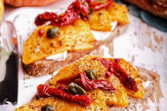 Добавить вяленые томаты и каперсы. Подавать теплыми.