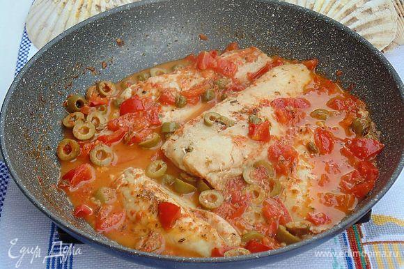 Рыбный соус готов, можно его оставить так и подать как второе блюдо с хлебом или разломать филе на кусочки и подать с гарниром.
