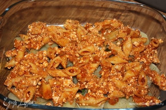 На слой картофеля выложить «Пенне алла пепероната», смешанные с рикоттой (можно использовать обычный творог невысокой жирности). Распределить по всей поверхности.