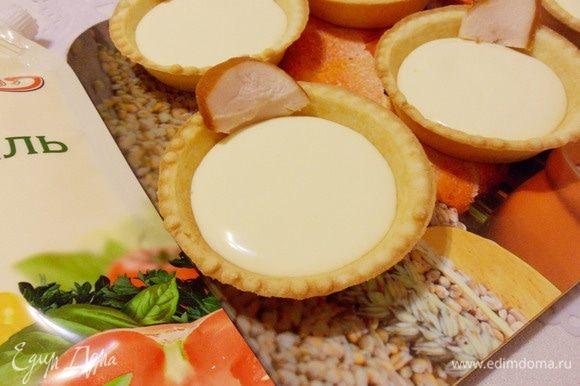 В каждую тарталетку добавить по кусочку куриного филе.