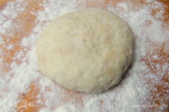 Для круглой пиццы отрезать примерно треть теста и положить на присыпанную мукой доску. Остальное убрать в холодильник до востребования.