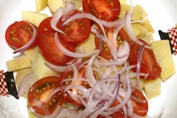 Красный лук нарезать на тонкие перья и соединить с картофелем и томатами.