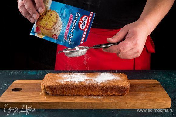 Достаньте пирог из формы и остудите, переложите на блюдо и посыпьте сахарной пудрой со вкусом ванили Dr. Oetker.
