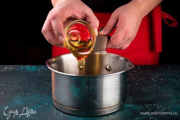 Добавьте мед и растворите его в сахарном сиропе.