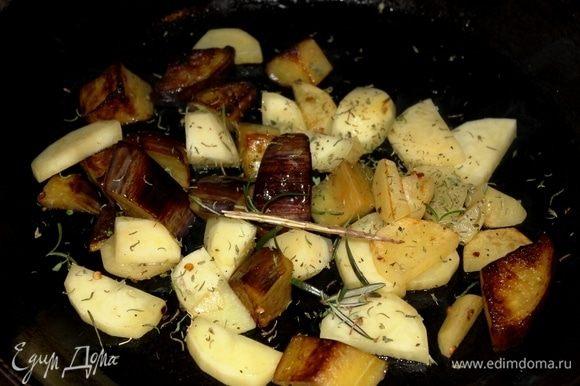 Одновременно на отдельной разогретой с оливковым маслом сковороде обжарить сначала нарезанный крупными кусочками баклажан, следом добавить картофель, чеснок крупно порубленный, тимьян, розмарин, соль по вкусу. Накрыть крышкой, и готовить на среднем огне, периодически перемешивая.