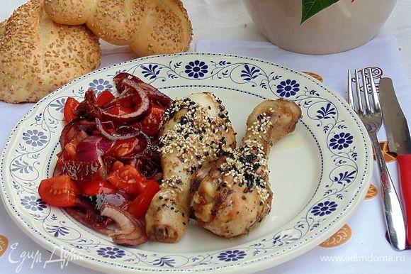 Подавать горячую курицу с салатом. Приятного аппетита!!