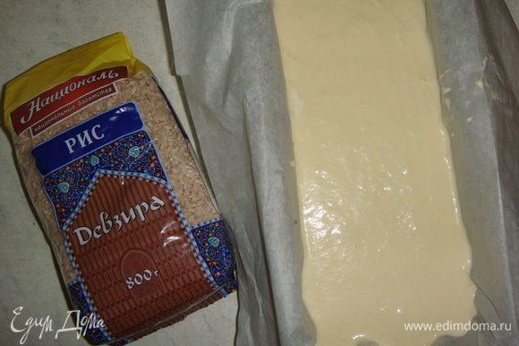 Залить все оставшимся тестом. Выпекать пирог в разогретой до 170°С духовке 45-50 минут, до золотистого цвета.