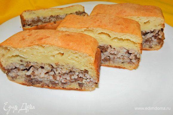 Готовый пирог слегка остудить, вынуть из формы, нарезать порционными кусочками и подавать к столу. Приятного аппетита !