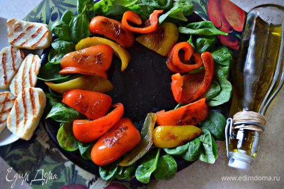 На тарелке по кругу выложите шпинат, болгарский перец, халуми и вяленое мясо. Сбрызните оливковым маслом и бальзамическим уксусом (если есть, то лучше — бальзамическим кремом).