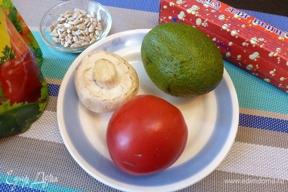 Для начинки нам нужен майонез, оливковое масло и по крупному шампиньону, помидору и авокадо.