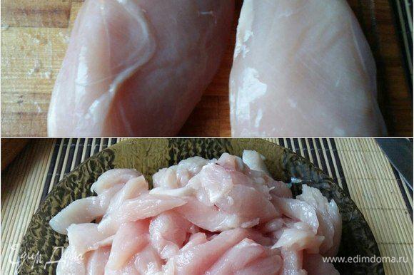 Мясо курицы обмыть, порезать соломкой, посолить, поперчить.