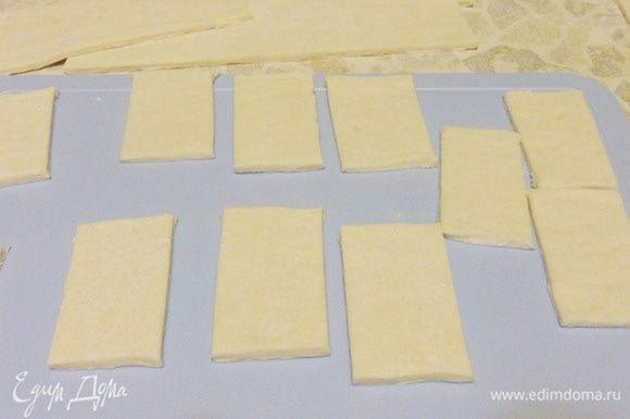 Тесто раскатать в пласт толщиной около 3 мм, затем разрезать на прямоугольники размером примерно 6 см на 3 см.