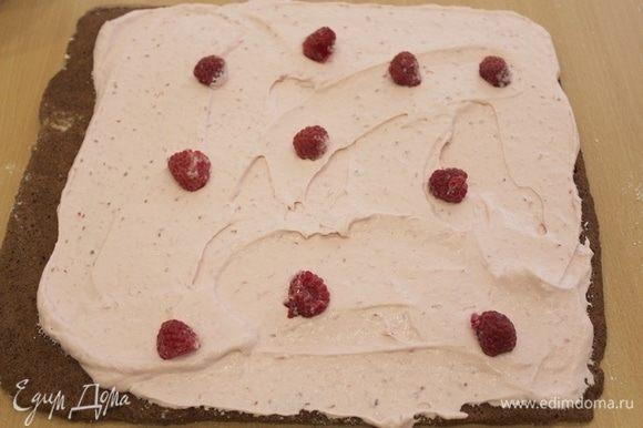 Развернуть корж, нанести крем, добавить по желанию ягоды.