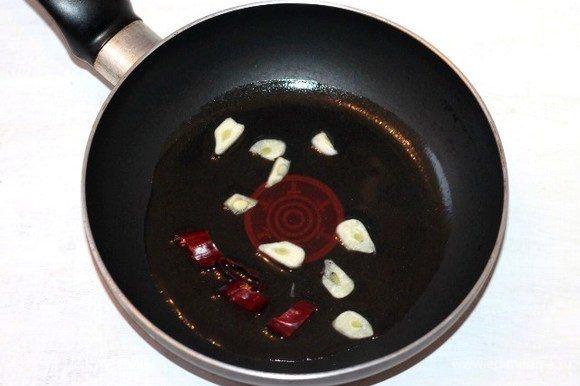 На оливковом масле обжариваем чеснок и острый перец до появления аромата. Затем масло оставляем, чеснок и перец удаляем. На чесночном масле обжариваем лук до прозрачности.