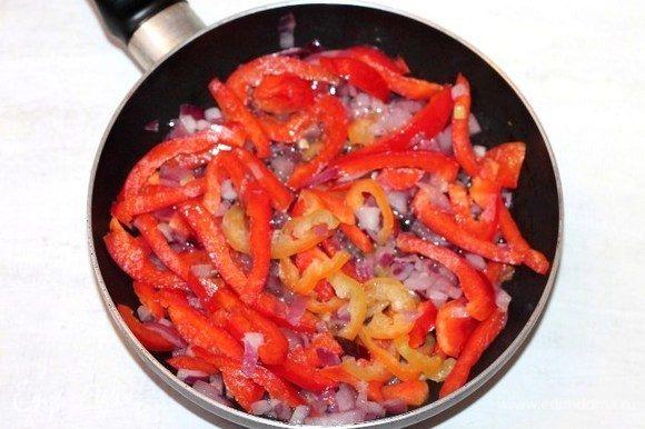 Добавляем очищенный от семян и порезанный соломкой сладкий перец.
