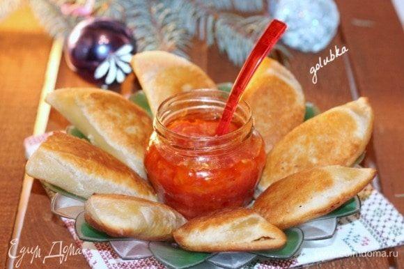 Разогреваем в сотейнике или в небольшой сковороде растительное масло и обжариваем пирожки до румяного цвета.