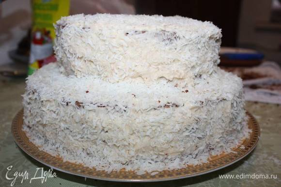 Торт посыпать кокосовой стружкой.