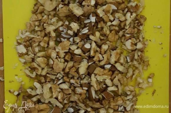 Добавляем стакан просеянной кукурузной муки. Сюда же разрыхлитель 2 чайные ложки (10 г), 1 столовую ложку молотой корицы и половину стакана рубленных грецких орехов (не совсем мелко). Перемешиваем.