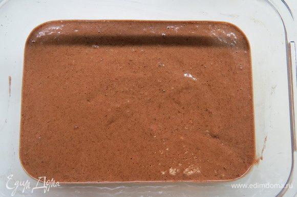 Выливаем на дно огнеупорной формы размером примерно 20х15 см, можно взять квадратную форму 20х20 см. Ставим в холодильник, чтобы шоколадный слой немного загустел.