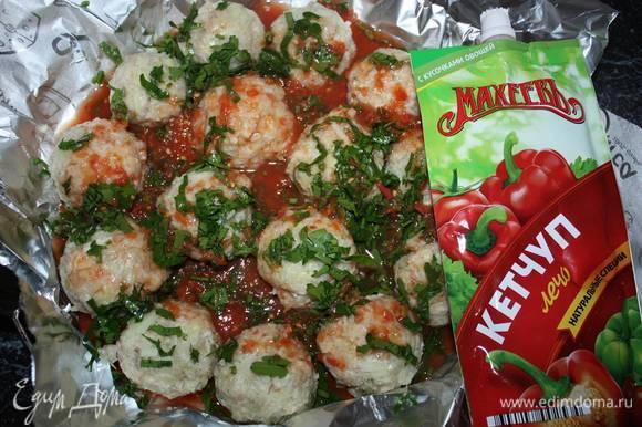 Кетчуп ТМ «МахеевЪ» смешать с томатным соком. Залить смесью рыбные шарики. Фольгу завернуть. Запекать в духовке, нагретой до 200 °С (примерно 30 минут).