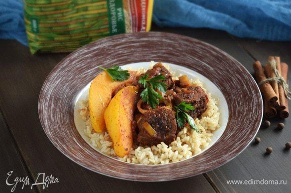 В готовое рагу добавить лимонный сок по вкусу и оливковое масло. Рагу подавать с рисом. Приятного аппетита!