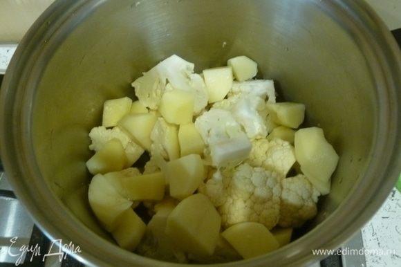 Картофель нарезать кубиками, добавить к капусте.