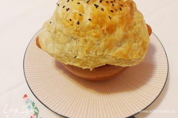Горшочек со щами поставить на тарелку и сразу же подавать.