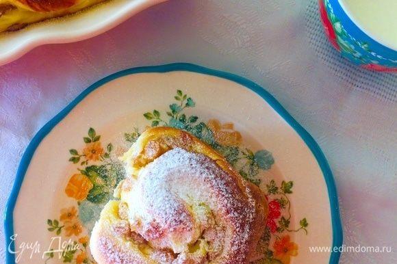 Готовые булочки остудить и посыпать сахарной пудрой.
