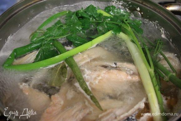 Суповой набор из семги залить водой. Довести до кипения, снимая пену. Добавить соль, перец, зелень. Варить 20 минут.
