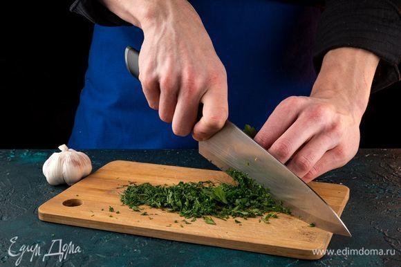 Мелко порубите чеснок и зелень. Семгу и огурцы нарежьте полосками.