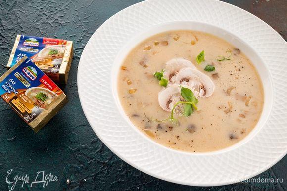 Порубите зелень и добавьте в суп при подаче.
