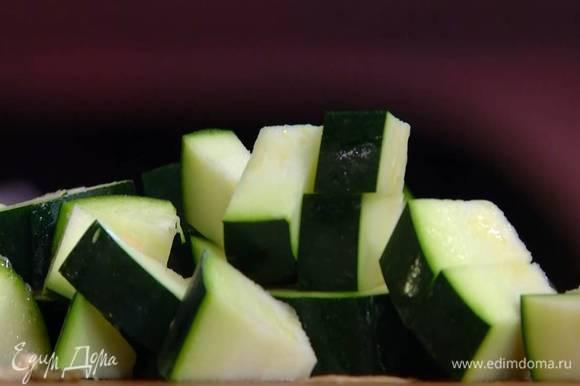 Баклажаны и цукини нарезать небольшими кубиками.
