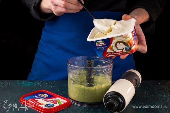 Смешайте авокадо с творожным сыром и продолжайте взбивать. Посолите и поперчите массу по вкусу.