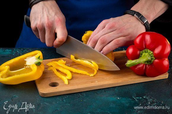 У сладких перцев удалите перегородки и семена, нарежьте тонкой соломкой.