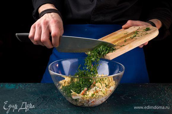 Смешайте крабовые палочки, натертые огурцы и растертые желтки. Нашинкуйте пучок петрушки и добавьте.