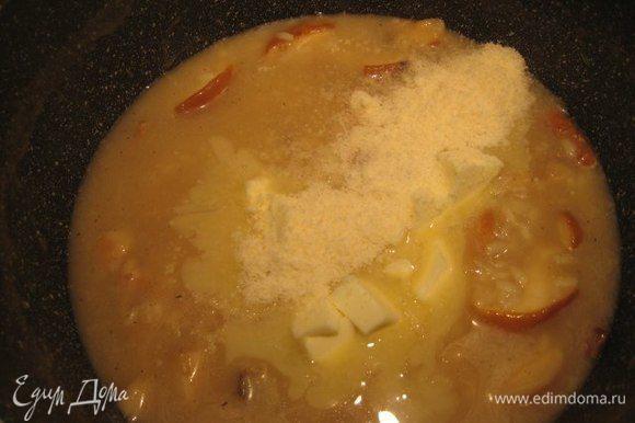 Порезать кубиком холодное сливочное масло. Когда рис будет готов, снять ризотто с огня, добавить холодное сливочное масло и тертый пармезан и тщательно перемешать до растворения сыра и масла. Накрыть крышкой и дать постоять 5 минут.