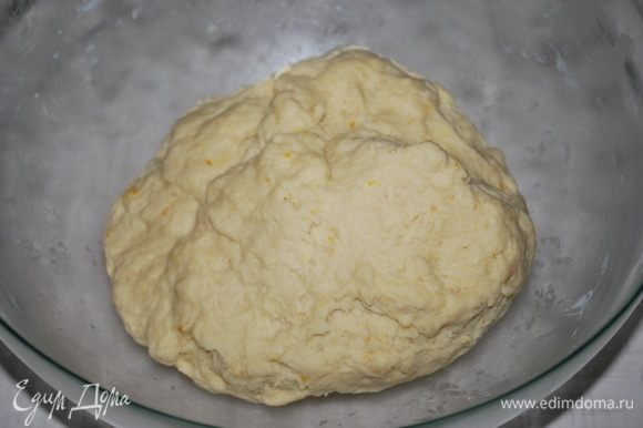 Замешиваем тесто, тесто получается плотным.