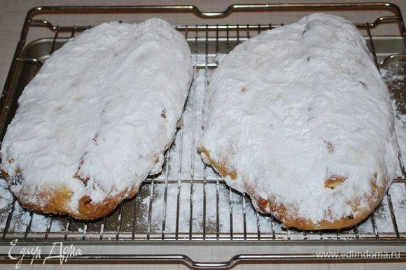 Посыпаем обильно сахарной пудрой и даем полностью остыть на решетке.