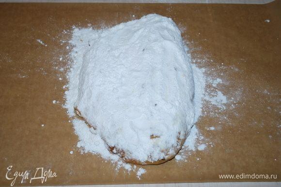 Остывший штоллен заворачиваем в пекарскую бумагу.