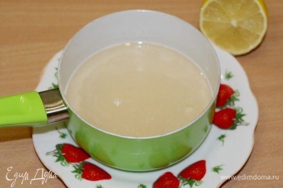 Сироп для пропитки сварите из воды и сахара, добавьте сок лимона.