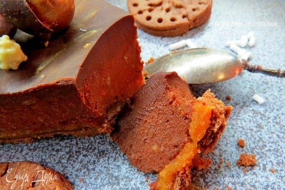 Нарезаем тарт на кусочки, раздаем гостям и наслаждаемся непередаваемым шоколадно-каштановым вкусом и бархатной текстурой.