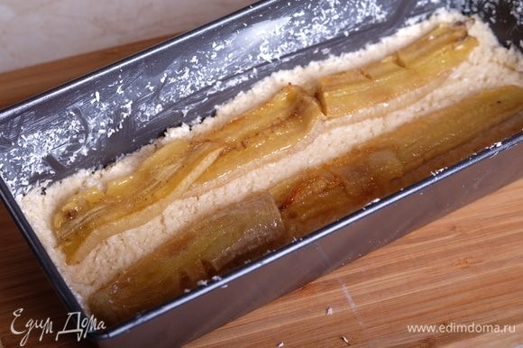 Сверху уложить карамелизованные бананы.