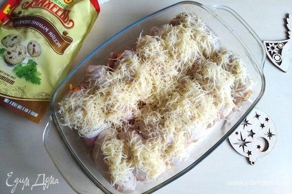 Посыпаем тертым сыром.