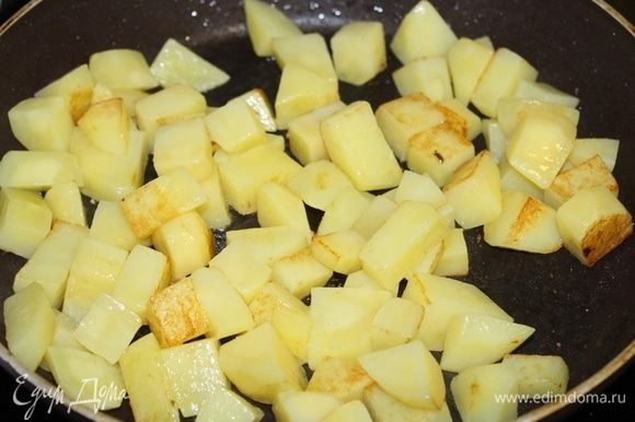 Картошку порезать кубиками и обжарить отдельно до полуготовности.