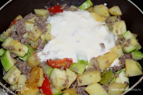 Яйца перемешать с йогуртом или сметаной, добавить к овощам , перемешать, посолить, поперчить по вкусу, добавить немного тимьяна.
