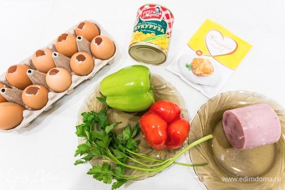 Перед тем как приготовить заливные яйца, необходимо сделать для них основу из яичных скорлупок. Для этого яйцо освобождаем от содержимого, проделав крупное отверстие с тупого конца скорлупы.
