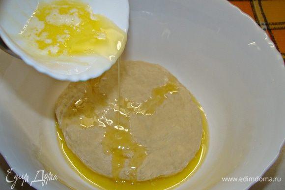 В замешанное тесто влить растопленное сливочное масло и хорошо вымесить. Поставить в теплое место примерно на час.
