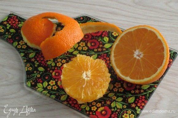 Очистите апельсин от кожуры, а мякоть нарежьте на небольшие кусочки.