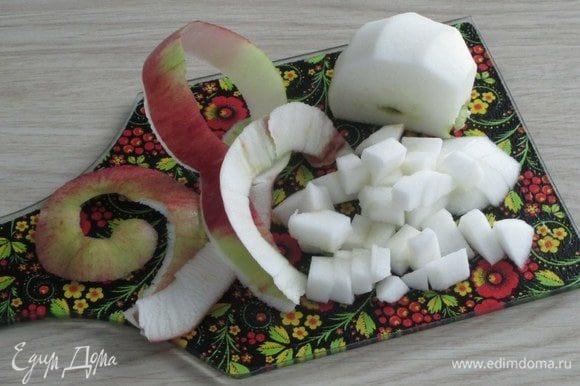 Яблоко с кожурой или без нарежьте небольшим кубиком.