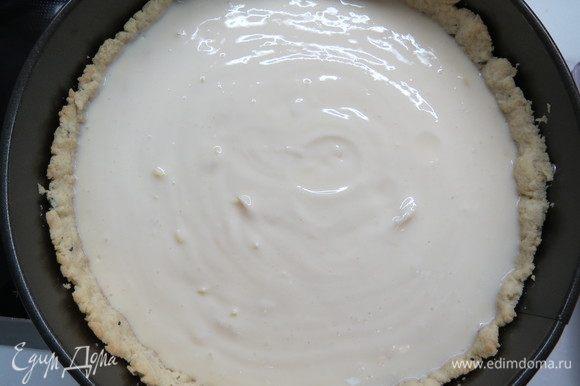 Начинку вылить на основу, поставить в духовку и выпекать при 180°С еще 25–30 минут. Готовая начинка будет немного дрожать в серединке. Поставить в холодильник для полного охлаждения.